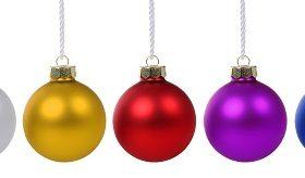 Weihnachtskugeln Weihnachten Advent bunte Kugeln in einer Reihe Freisteller freigestellt isoliert vor einem weissen Hintergrund